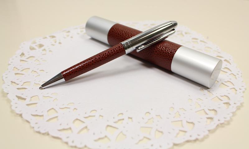 Detalles para regalar en la boda. Bolígrafo de piel.