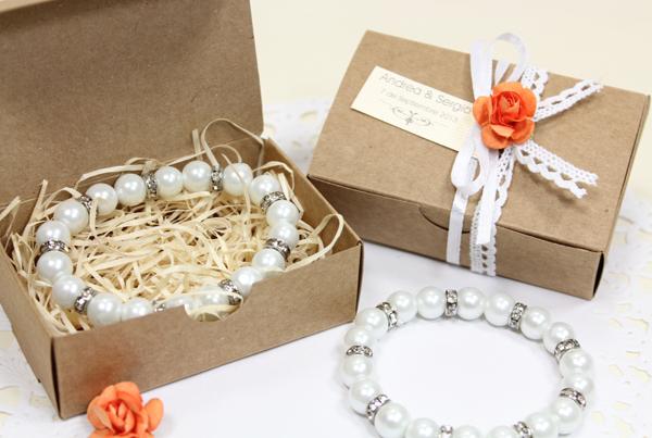 Detalles para regalar en la boda. Pulsera de perlas con brillos.