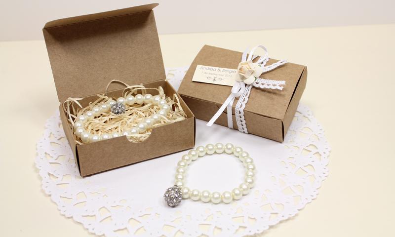 Detalles para regalar en la boda. Pulsera de perlas + atrapasueños.